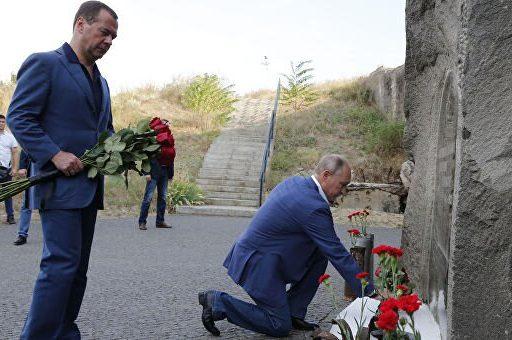 Путин и Медведев возложили цветы к стеле мемориала в Севастополе