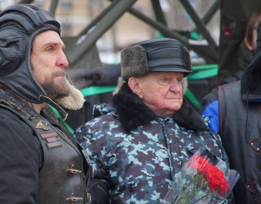 «Ночные волки» устроили для ветерана из Южного Медведкова праздничный парад